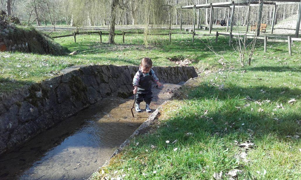 El agua fluye bajo los pies