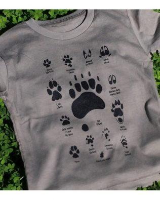 Camiseta huellas y hojas – Crianza en verde